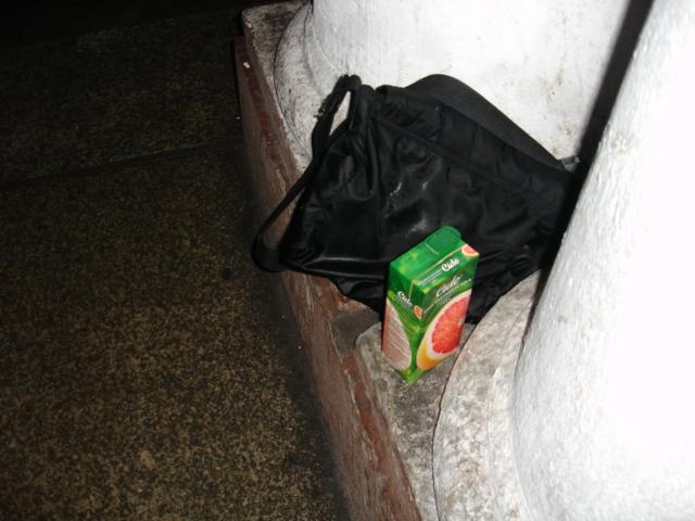 Боб вылел сок в сумку.
