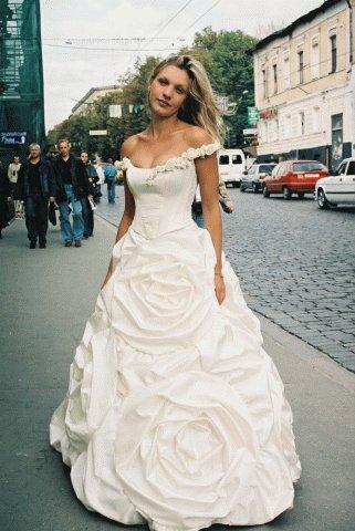 """Платье невесты с  """"розами """" на юбке, как сделать такой декор?"""