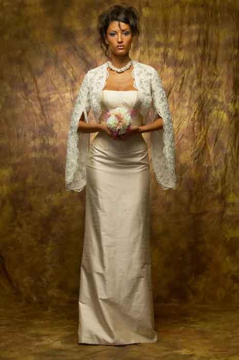 Силуэт прямого платья легко дополняется съемным шлейфом, что делает его...