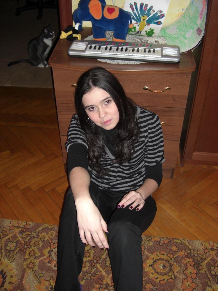 Эротическое фото юной брюнетки в черных трусиках. Частные фото