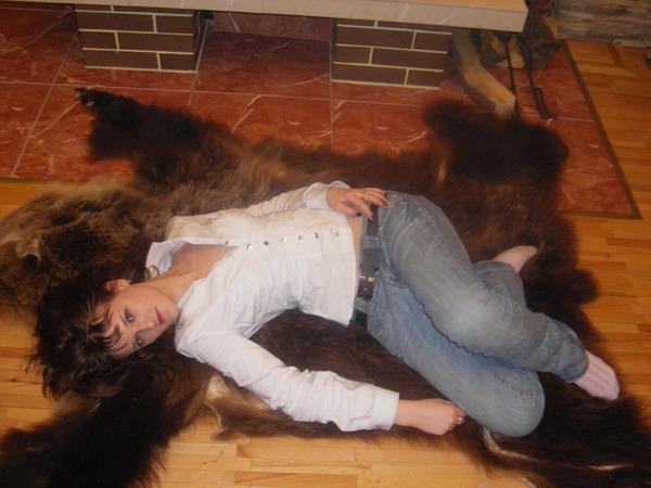 Шкура медведя..  И девушка..  Мечта романтика идеалиста и немытого...