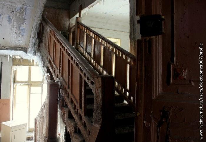 8.Вверх по замку вели лестницы, перила и ступени которых были покрыты льдом...