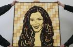 Prudence Staite со скульптурой Cheryl Cole, выполненной из сыра.