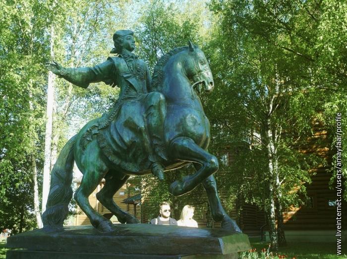 Скульптура царя Алексея Михайловича - он повелел построить дворец, позже названный его именем
