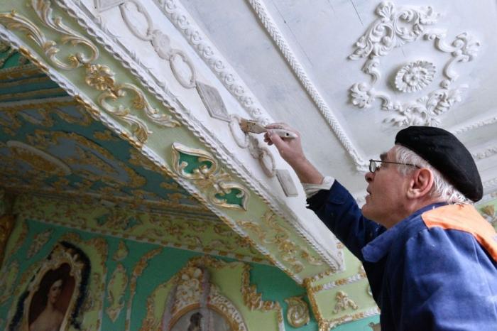Киевский пенсионер Владимир Чайка своими руками и на свои средства расписал подъезд в стиле барокко. Результат 15-летних трудов — в фотоленте на Good-Post.