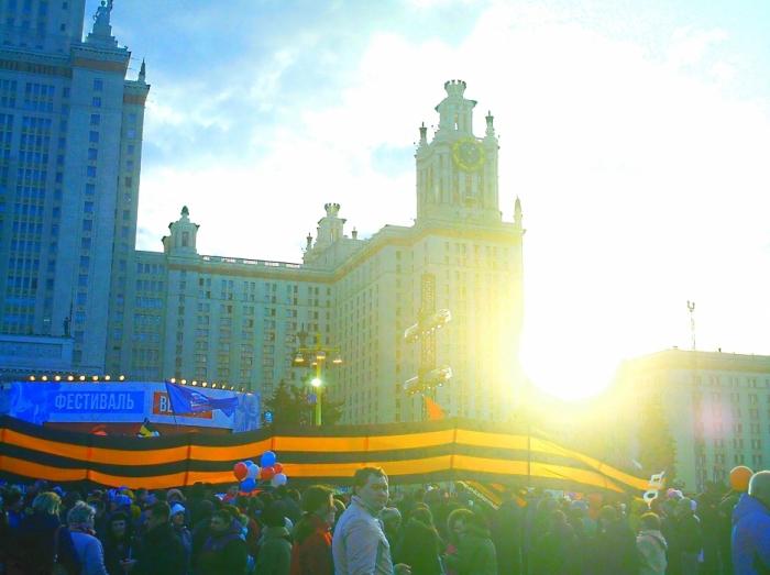 На площади МГУ: солнце и растяжка НОД
