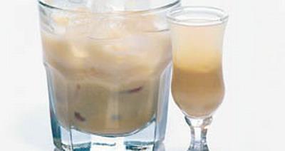 Алкогольные коктейли.  Ингредиенты: бейлис - 1 часть куантро - 1 часть.