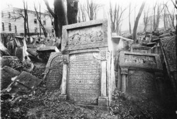 Года два назад хоронил родственника на старом кладбище.
