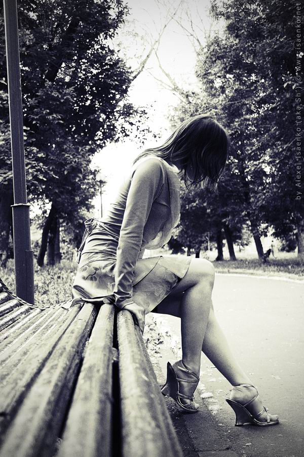 Смотреть фото девушки сидят на лавочке фото 676-206