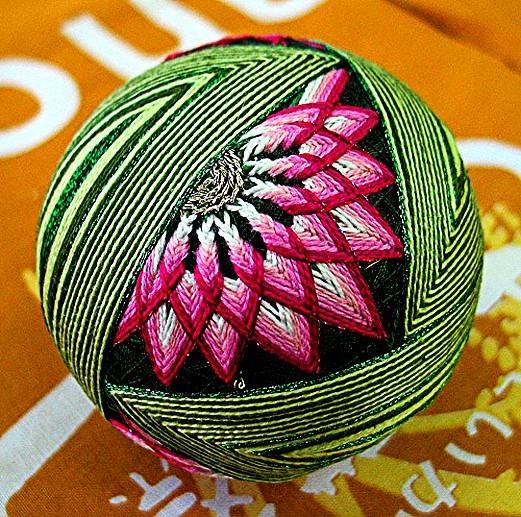 Темари-японская вышивка-нашла мастер-класс по изготовлению этих шаров,возможно кого-то заинтересует.