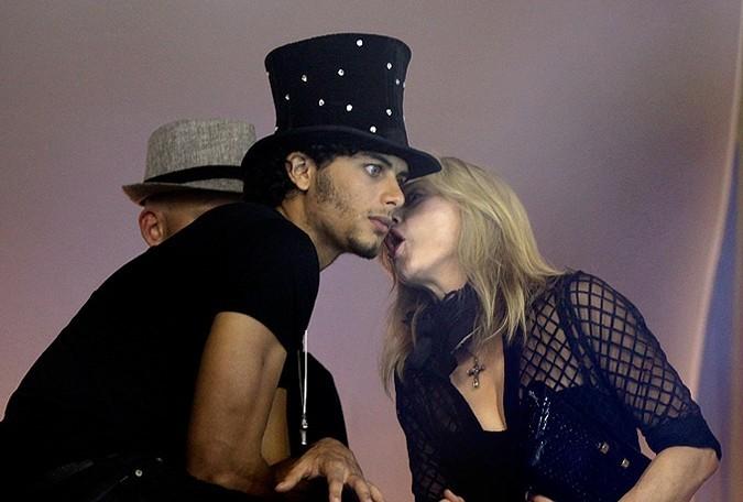 Бразильский карнавал посетили Мадонна и Пэрис Хилтон.