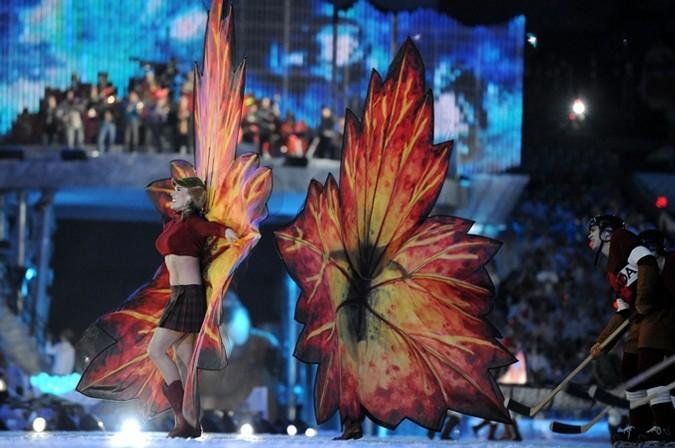 Торжественная церемония закрытия олимпийских игр 2010 в Ванкувере. Эстафету приняли - Встретимся в Сочи 2014.