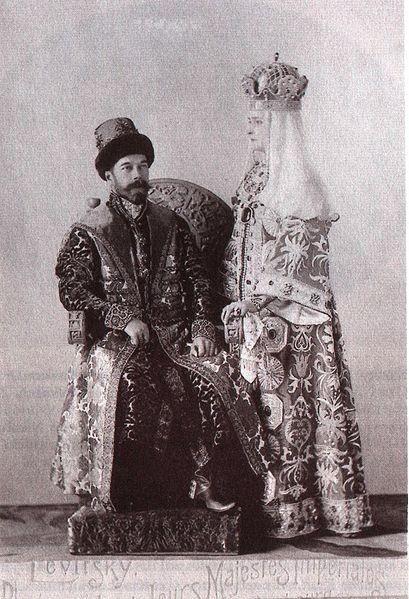 1353573 409px alix and nicky in russian dress 1 Царь Николай II возрождал Россию. Собрание редких фотографий