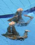 Элизабет Снью и Николин Веллен (Elisabeth Sneeuw and Nicolien Wellen) из Нидерландов. Выступление пар на чемпионате Европы по синхронному плаванию в Будапеште, 5 августа 2010 года.