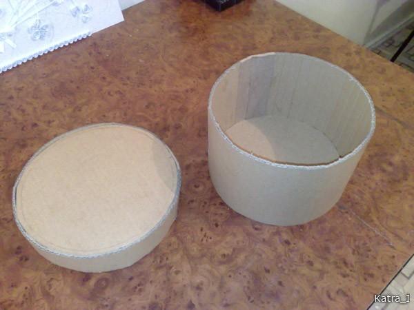 Ну вот, замкнула бортики вкруг, проклеила швы бумагой при помощи ПВА. Самый трудоемкий процесс - обклеить упаковочной бумагой все стыки, чтобы коробочка выглядела единым целым
