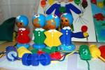 Куклы одеты в разного цвета платье - подобрать и нанизать бусину- крышку соответствующего цвета.