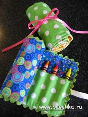 На новоселье в воскресенье приехала к нам племянница моя из Китая. И я подарил малышке карандаши в рулоне. Моя мама сказала, что она была заворожена подарком. Пенал из ткани для цветных карандашей очень легко сделать. Посмотрите, как я сделала свой пенал.