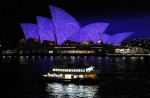 Яркий Сиднейский фестиваль (Vivid Sydney Festival) - праздник света, музыки и идей в Сиднейская Опера. Сиднее, 27 мая 2010 года.