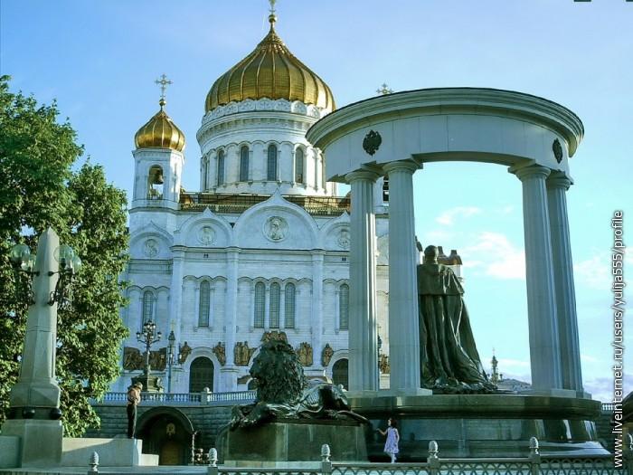 Храм Христа Спасителя и памятник Николаю 2 - Освободителю (от крепостного права 1863 году)