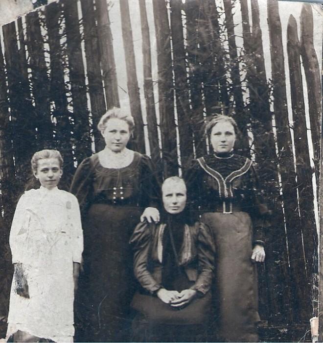 Ок. 1908.Прабабушка Устинья с дочерьми (слева направо: Александра, Ирина, Анастасия)