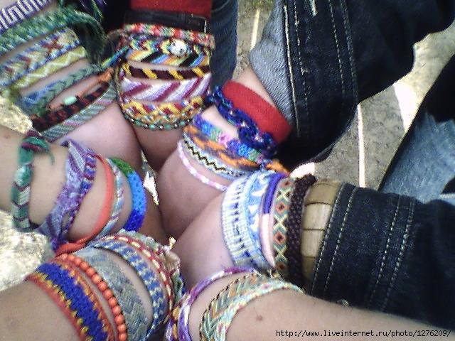 Сайт о том, как плести фенечки из мулине, прямым плетением, фенечки из ниток и бисера: фото.