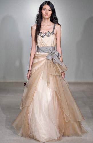 комбинированные платья, контрастная вышивка и цветные ленты.