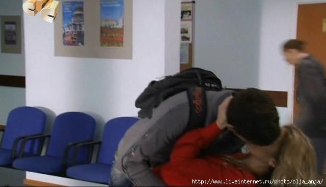 Принял поцелуй и наклонил Леру.