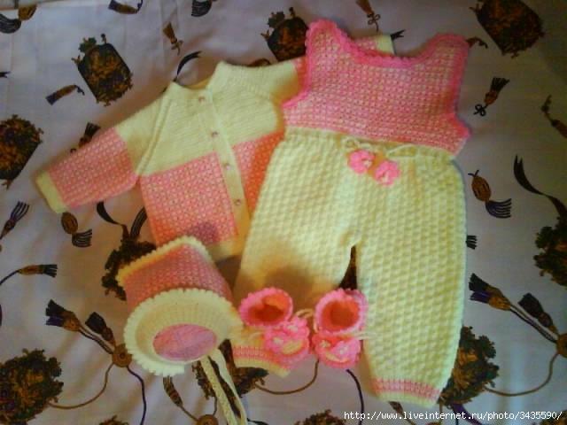 Вязанные костюмы спицами для девочек до года