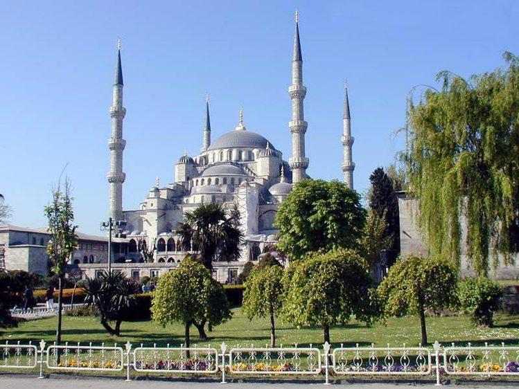 Красивые, роскошные здания с высокими минаретами повсеместно встречаются и в курортной зоне, и в крупных городах, и.