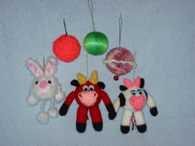 Все игрушки - это обвязаный зеленый елочный шарик из пенопласта.