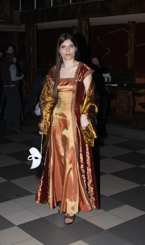 Платье на Осенний бал Камши Материалы платья: бархат, тафта, кружево.