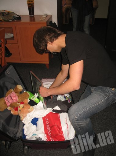 Плюшевых мишек от поклонниц Саша трогательно возит в своем чемодане.