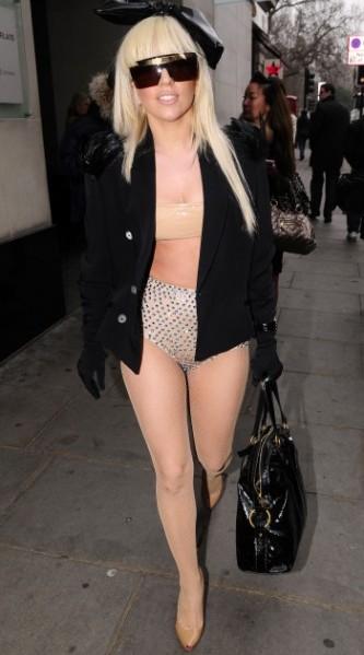 Но пока запуск модной линии в будущем, Леди Гага будоражит воображение