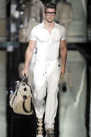 Современный мужчина должен выглядеть стильно не только в директорском...