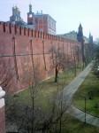 Вид сквозь бойницы моста Кутафьей башни на Кремль и  территорию Александровского сада. На лужайках привольно разбросаны отдыхающие москвичи.