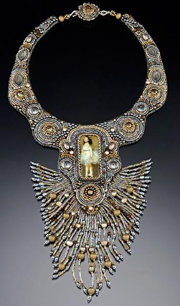 Особенно удивляет шикарная фантазия дизайнера.  Шерри Серафини дизайнер украшений из бисера.  Ее работы Вы можете.