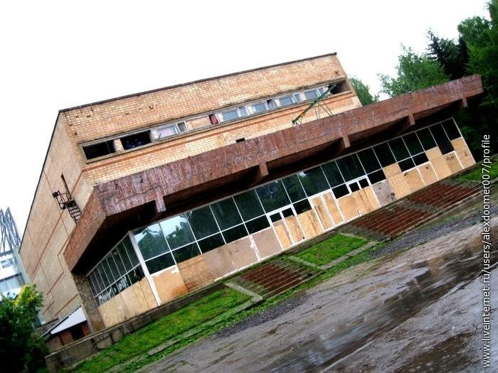 8.Забытый кинотеатр под дождем...