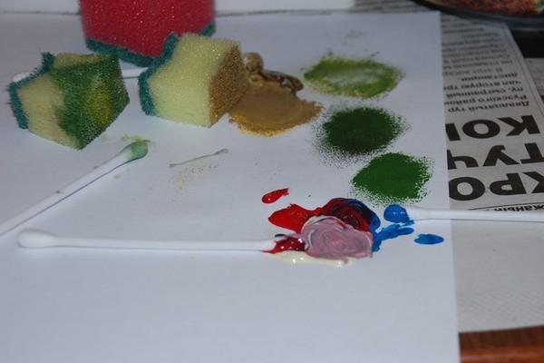 Делаем несколько оттенков сиреневого, чуть голубее и розовее. Наносим губкой, разбавляя цветом фона, чтобы были красивые переходы.