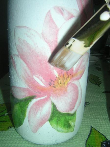 у меня на самом деле не сразу получилось, цветок плотненько сел на файл, и никак не хотел соединится с бутылкой:)) Но я его быстро поборола, просто стоит только одному кончику приклеится к изделию, как все остальное перенести не составит никакого труда:))