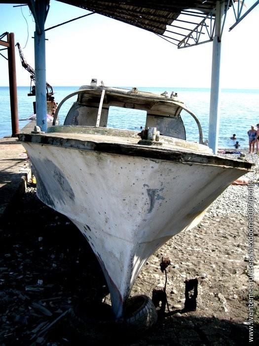 3.Яхта под бывшим пирсом