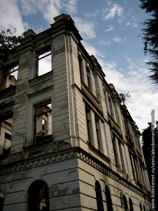 3.Увы внутри ни полов, ни потолков не осталось, но снаружи здание поражает воображение