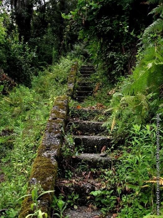 4.Лестница к верхним зданиям-пристройкам на вершину горы