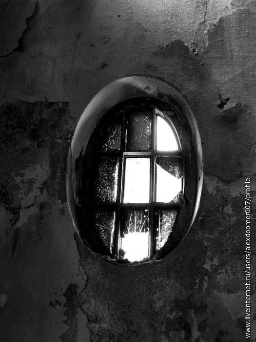 12.Окошки с выбитыми стеклами...