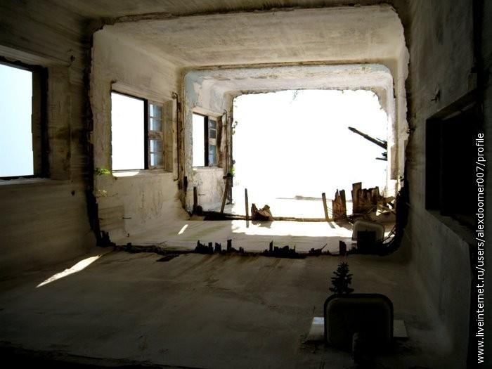 20.Туннель из этажей...Справа умывальники с растущими из них растениями (остались от тубсанатория)