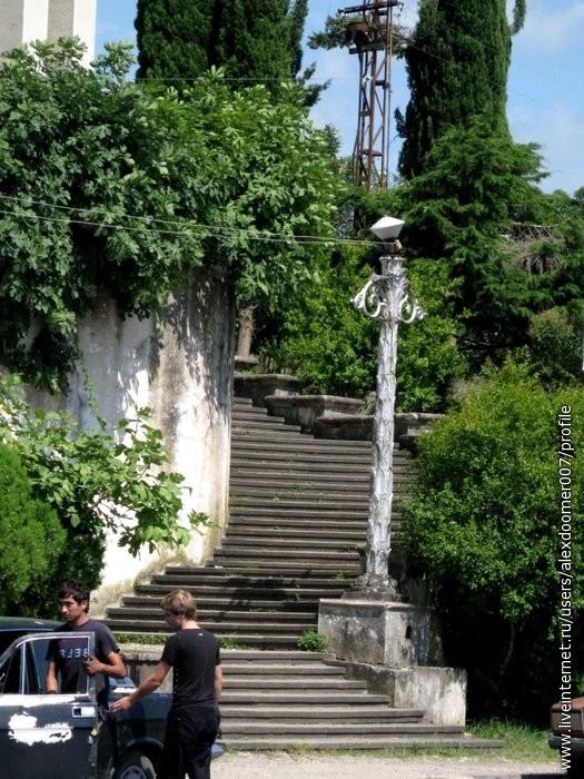 8.Лестницы сбоку здания.