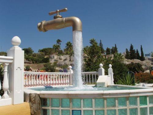 Такое вот необычное произведение искусства находится в Испанском городе Кадис. Как Вы думаете, каким образом кран висит в воздухе и с него течёт вода? Всё очень просто, под потоком воды спрятана труба.