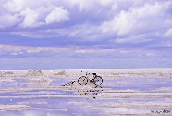 Велосипед, обрамленный солончаками Боливии.