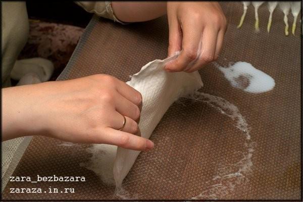 9. Когда волокна шерсти слегка сцепятся между собой, переворачиваем круг и ещё немного растираем шерсть со второй стороны