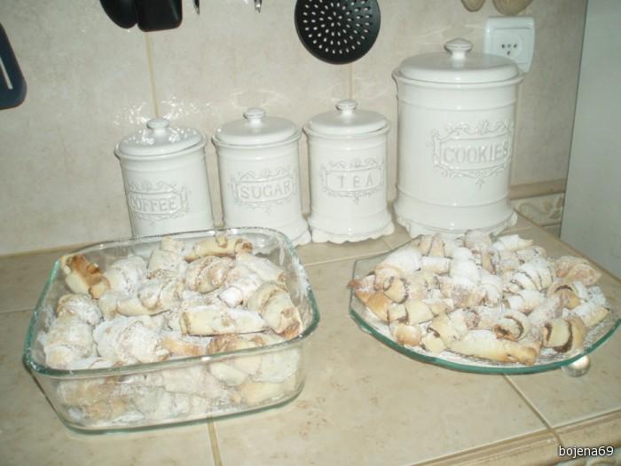 остывшие рогалики посыпать сахарной пудрой....РЕКОМЕНДУЮ