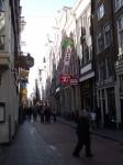 Улица с одним из многих кофе шопов.
